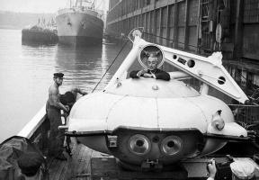 """Жак-Ив Кусто на борту своего батискафа """"Дениз"""", пришвартованного в гавани Нью-Йорка, 1959 г"""